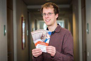Wallenhorsts Klimaschutzmanager Stefan Sprenger präsentiert den Flyer, der sowohl Informationen als auch den Förderantrag selbst enthält. Foto: Gemeinde Wallenhorst / Thomas Remme