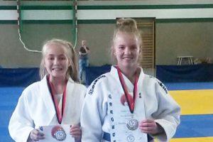 Die beiden Schwestern Neele und Jule Vocke freuen sich über ihre Goldmedaille. Foto: Blau-Weiss Hollage e.V.