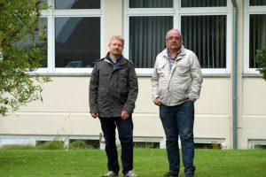 Markus Steinkamp (links) und Manfred Hörnschemeyer nehmen die Erweiterungsfläche in Augenschein. Foto: FDP Wallenhorst