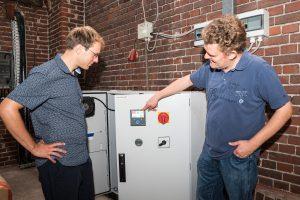Christian Trame (rechts) erläutert Klimaschutzmanager Stefan Sprenger seine Photovoltaikanlage mit Batteriespeicher, für die er im vergangenen Jahr mit dem Klimaschutzpreis ausgezeichnet wurde. Foto: Gemeinde Wallenhorst / Thomas Remme