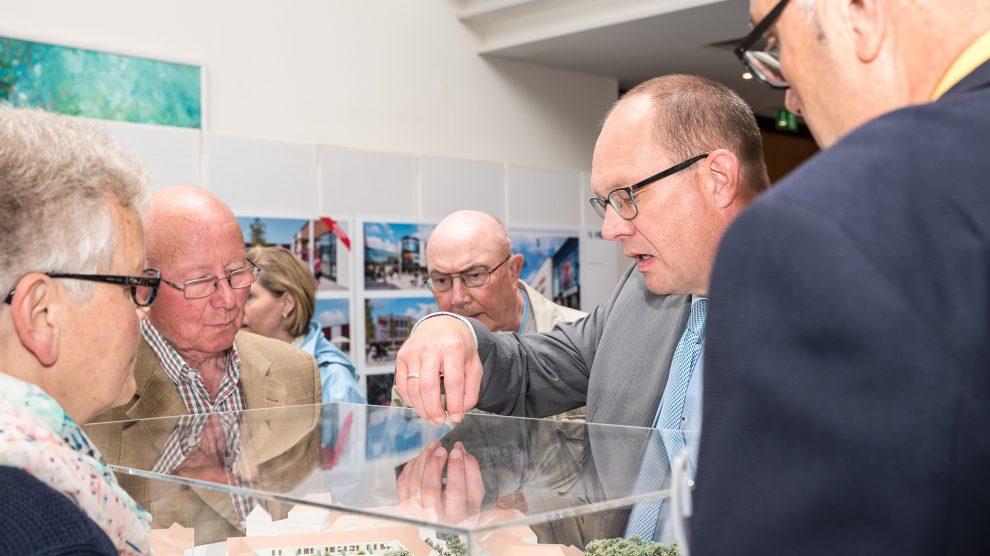 """Viele Wallenhorster nutzten bereits die Möglichkeit, sich an den Ständen und im direkten Gespräch mit den Verantwortlichen über die """"Neue Mitte"""" zu informieren. Foto: Gemeinde Wallenhorst / Thomas Remme"""