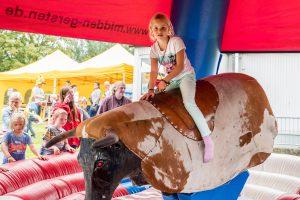 Der Ritt auf dem Bullen gehörte für die Kinder zu den Höhepunkten des Abschlussfestes. Foto: Gemeinde Wallenhorst / Thomas Remme