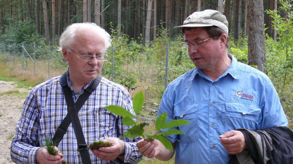 Prof. Dr. Konrad Arndt (links) und Udo Stangier leiten seit vielen Jahren natur- und heimatkundliche Wanderungen in den weniger bekannten Außenbereichen von Wallenhorst. Foto: Gemeinde Wallenhorst