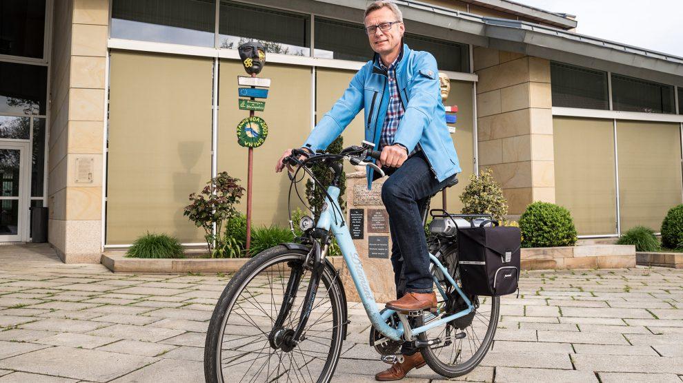 """Bürgermeister Otto Steinkamp, selbst begeisterter Radfahrer, lädt alle Wallenhorsterinnen und Wallenhorster zum """"Stadtradeln"""" ein. Foto: Gemeinde Wallenhorst / Thomas Remme"""