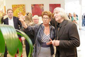 Fachleute unter sich: Helga Strübbe vom Kunstkreis Lotte im Austausch mit Günter Schamel. Foto: Gemeinde Wallenhorst / André Thöle