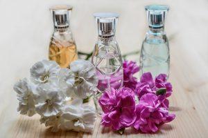 Eine größere Menge Parfümflaschen und weitere Waren wurden von den Täter gestohlen. © Symbolfoto: Pixabay / monicore