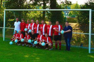 Die Mannschaft der 3. Herren des TSV Wallenhorst bedankt sich für das Sponsoring neuer Fußbälle. Foto: TSV Wallenhorst