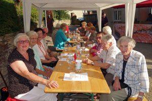 """Im Garten des Ruller Hauses genossen die Seniorinnen und Senioren das kulinarische wie musikalische Angebot des ersten """"Weintages für Senioren"""". Foto: Alexander Schröder / Seniorenbeirat Wallenhorst"""