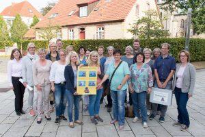 Über die große Beteiligung der Kindergärten und Schulen freuen sich Wallenhorsts Klimaschutzmanager Stefan Sprenger (2. von rechts) sowie Bettina Baron (rechts) vom Bielefelder Energiebüro e&u. Foto: André Thöle