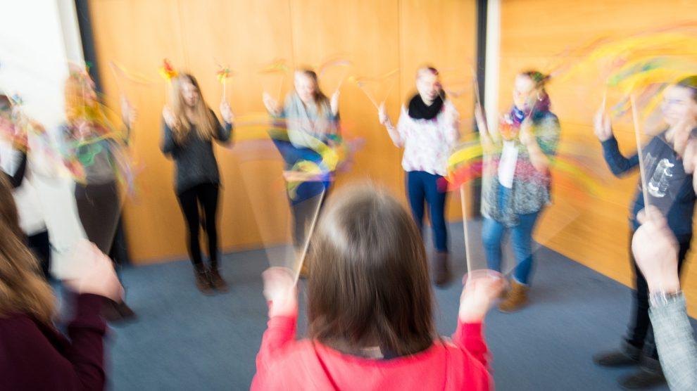 Nicht nur in der Theorie, auch praktisch werden die Jugendlichen auf den Einsatz als Babysitter vorbereitet. Foto: Gemeinde Wallenhorst / Thomas Remme