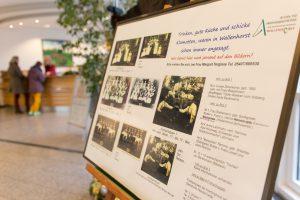 Mit der Fotocollage, die derzeit im Rathausfoyer zu sehen ist, sucht die Archivgruppe nach den Namen der abgelichteten Personen. Foto: Gemeinde Wallenhorst / André Thöle