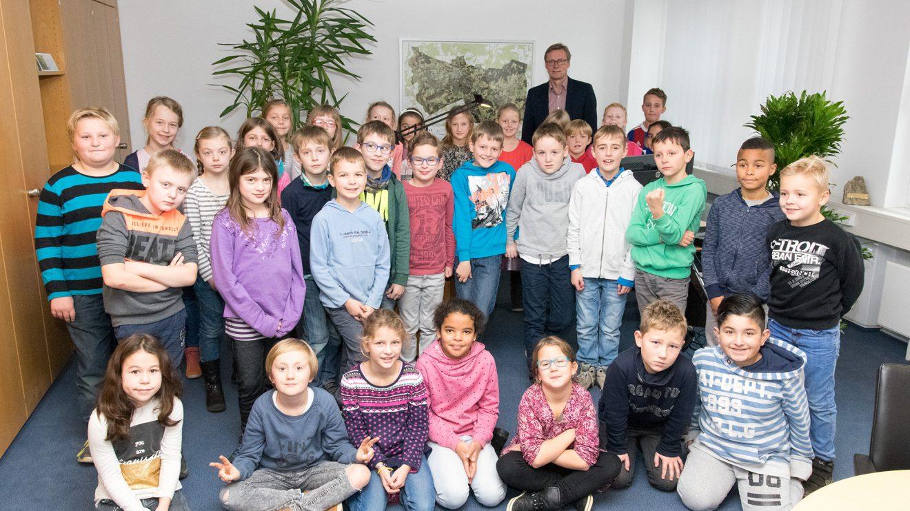 Zu Gast bei Bürgermeister Otto Steinkamp: die Kinder der 3a und 3b der Katharinaschule. Foto: Gemeinde Wallenhorst