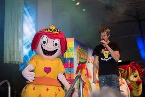 Prinzessin Mikidoo und Frank Acker luden die Kinder ein, mit ihnen gemeinsam auf der Bühne zu singen. Foto: Dennis Flegel