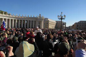 Nah an Papst Franziskus waren die Pilger aus Hollage. Foto: Hubert Wächter