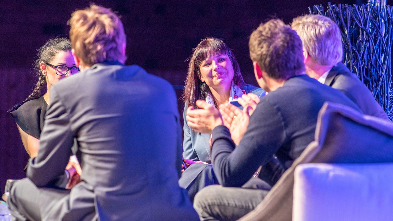 Applaus für Preisträgerin Jacqueline Mauter (Mitte) spendeten auch die Ehrengäste. Foto: Gemeinde Wallenhorst / Thomas Remme