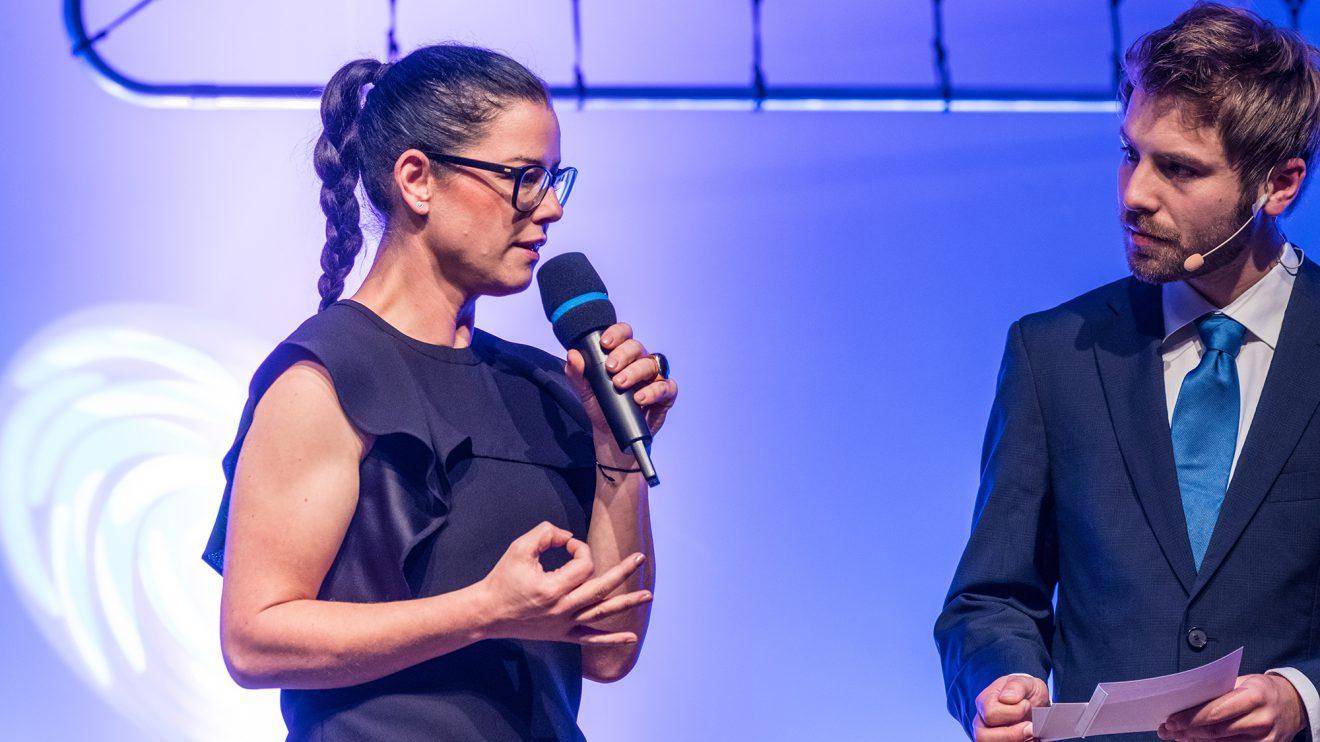 Ehrengast Sina Trinkwalder im Gespräch mit Moderator Sven Lake. Foto: Gemeinde Wallenhorst / Thomas Remme