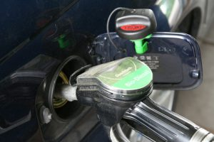 Kraftstoff wurde illegal bei zahlreichen Autos in Wallenhorst abgezapft. Symbolfoto: Pixabay / goiwara