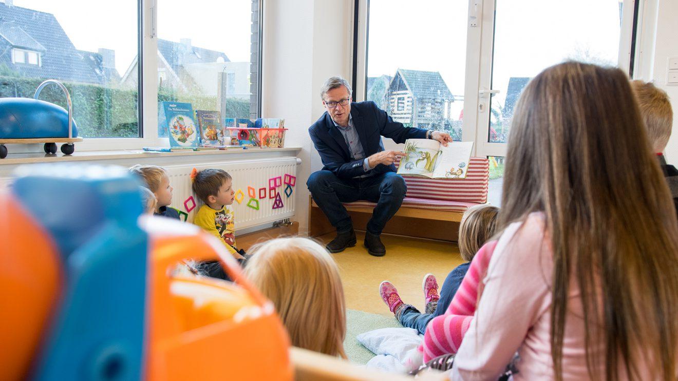 Von der kleinen Spinne Widerlich erzählte Bürgermeister Otto Steinkamp den Kindern im Kindergarten St. Stephanus. Foto: Gemeinde Wallenhorst / André Thöle