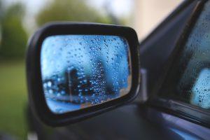 Ein Außenspiegel von einem Pkw. Symbolfoto: Pixabay / kaboompics
