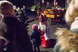 Auf Augenhöhe mit den Kindern: St. Nikolaus zu Gast bei der Kolpingsfamilie Hollage. Foto: André Thöle
