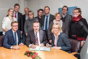 Die Schulleitungen und Projektpartner unterzeichnen die Kooperationsvereinbarung zum Schulnetzwerk Mathematik. Foto: Gemeinde Wallenhorst / Thomas Remme