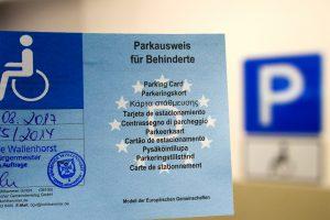 Ausschließlich mit einem solchen blauen Parkausweis dürfen die Behindertenparkplätze genutzt werden. Foto: Gemeinde Wallenhorst / André Thöle