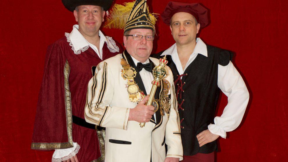 Regieren die Hollager Narren in der kommenden Session (von links): Ritter Burkhard (Böwer), Prinz Werner I. (Lührmann) und Bauer Albin (Sonneck). Foto: Kurt Flegel