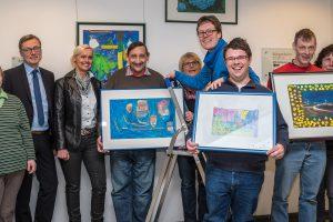 Nach drei Monaten wurden die Bilder im Rathausfoyer abgenommen und den Künstlerinnen und Künstlern überreicht. Foto: Gemeinde Wallenhorst / Thomas Remme