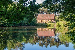 Direkt am Mühlenteich gelegen: das finnische Holzblockhaus der Hollager Mühle. Foto: Thomas Remme