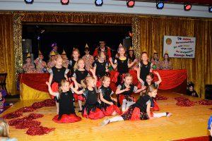Erster Auftritt auf der großen KKC-Bühne: die 12 Glitzerblumen. Foto: Kurt Flegel