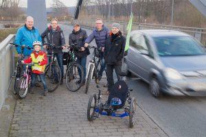 Designierter Vorstand und Mitglieder des Bürger-Radweg Hollage-Halen e.V. beim Pressetermin auf der Hollager Kanalbrücke. Foto: J. Zeiser
