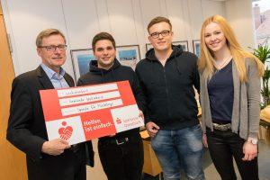 Bürgermeister Otto Steinkamp nahm die Spende der Ruller Messdiener von Marco Wellmann, Mirko Kleine und Antonia Meyer (von links) dankend entgegen. Foto: André Thöle