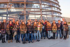 Gemeinsam mit Dr. Mathias Middelberg (2. von rechts) genießt die Reisegruppe auf der Dachterrasse des Reichstagsgebäudes den Sonnenuntergang über Berlin. Foto: Susanna Meiners