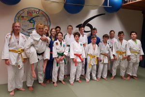 Judo-Landestrainerin Andrea Goslar und die Teilnehmer von Blau-Weiss Hollage. Foto: Blau-Weiss Hollage