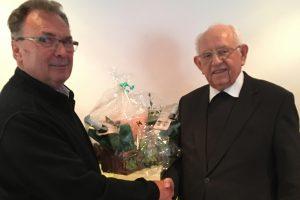 60plus-Leiter Josef Thöle (links) bedankt sich mit einem Präsent bei Heinz Dunker für seinen Besuch in Hollage. Foto: Christel Mysliworski