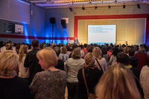 Experiment geglückt: die Gymnastikhalle war mit 450 Gästen gut gefüllt. Foto: Thomas Remme