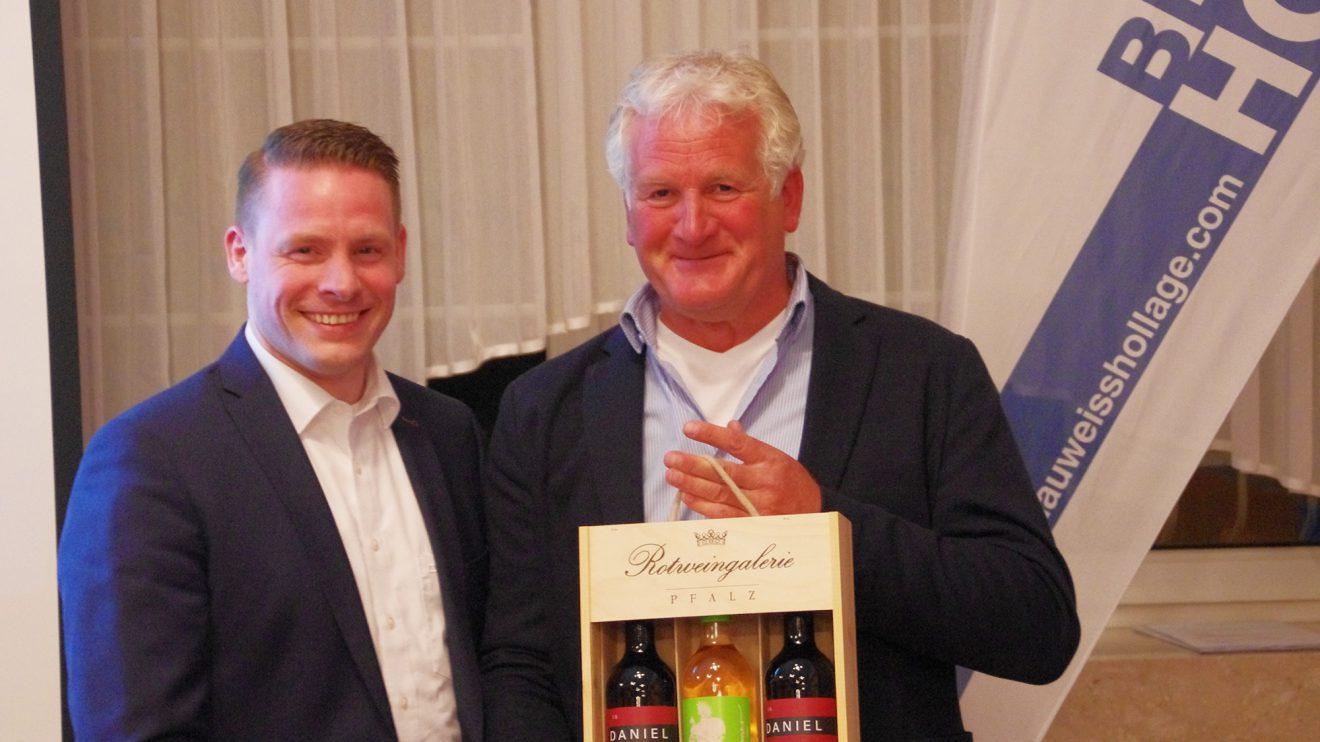 Daniel Michallek (l) erhält von Präsident Gerd Strößner ein Geschenk für gemütliche Stunden. Foto: Andreas Bode