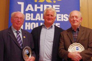 Alois Menkhaus (l) und Heiner Lübben (r) werden von Gerd Strößner für 70- bzw. 50-jährige Mitgliedschaft geehrt. Foto: Andreas Bode