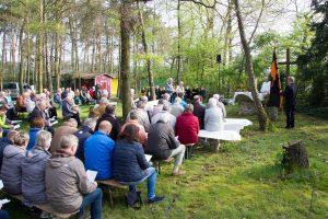 Die Kolpingsfamilie Hollage feierte anlässlich des Patronatsfestes einen Wortgottesdienst mit knapp 100 Gästen unter freiem Himmel. Foto: André Thöle
