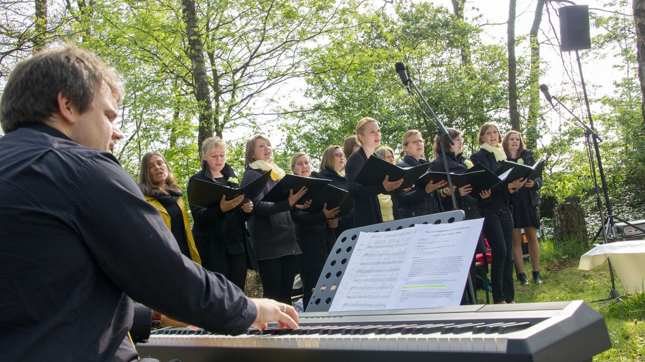 """Musikalisch begleitete der Osnabrücker Chor """"Yellow"""" das Fest. Foto: André Thöle"""