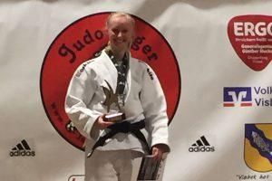 Besondere Freude herrschte bei Kathrin Hörnschemeyer, die neben der Silbermedaille auch noch als beste Technikerin des Turniers ausgezeichnet wurde. Foto: Blau-Weiss Hollage