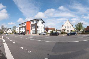 Im Rahmen der Dorferneuerung sollen weite Teile der Klosterstraße sowie der Kreuzungsbereich vor dem Ärztehaus umgestaltet werden. Foto: Thomas Remme
