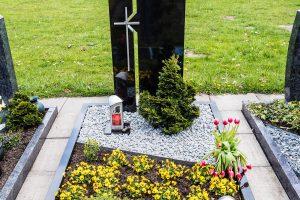 Erdgrabstätten können künftig zur individuellen wie pflegeleichten Gestaltung bis zu 30 Prozent abgedeckt werden. Foto: Thomas Remme