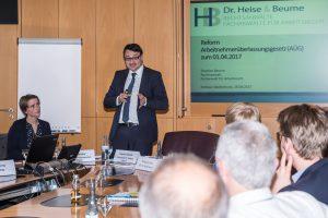 Fachanwalt Stephan Beume (2. von links) präsentiert einem interessierten Kreis von Unternehmen Rechte und Pflichten nach dem reformierten Arbeitnehmerüberlassungsgesetz. Foto: Thomas Remme
