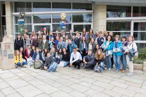 Gruppenfoto zur Erinnerung: je 22 Jugendliche aus Orchies und Wallenhorst mit ihren Begleitern vor dem Wallenhorster Rathaus. Foto: André Thöle