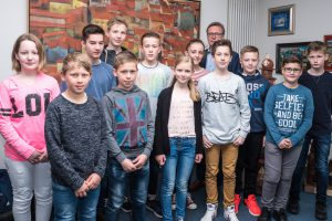 Gruppenbild mit Bürgermeister: Zwölf Schülerinnen und Schüler verbrachten ihren Zukunftstag bei der Gemeinde Wallenhorst. Foto: Thomas Remme