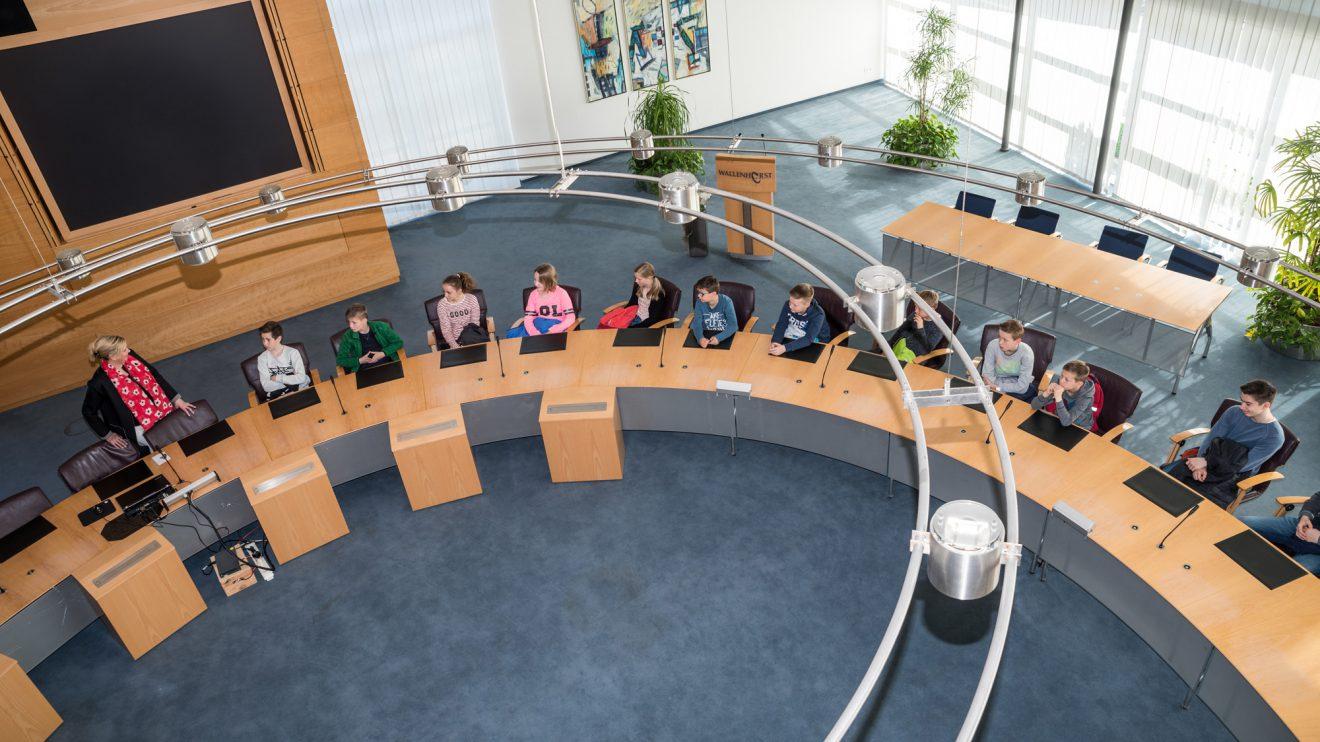 Wer künftig eine politische Laufbahn einschlagen möchte, konnte schon mal am runden Tisch im Ratssaal Platz nehmen. Foto: Thomas Remme