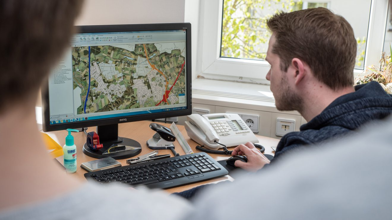 Sieht ähnlich aus wie Google Maps, ist aber das Geoinformationssystem der Gemeindeverwaltung, das Christian Stöber den Jugendlichen vorstellt. Foto: Thomas Remme