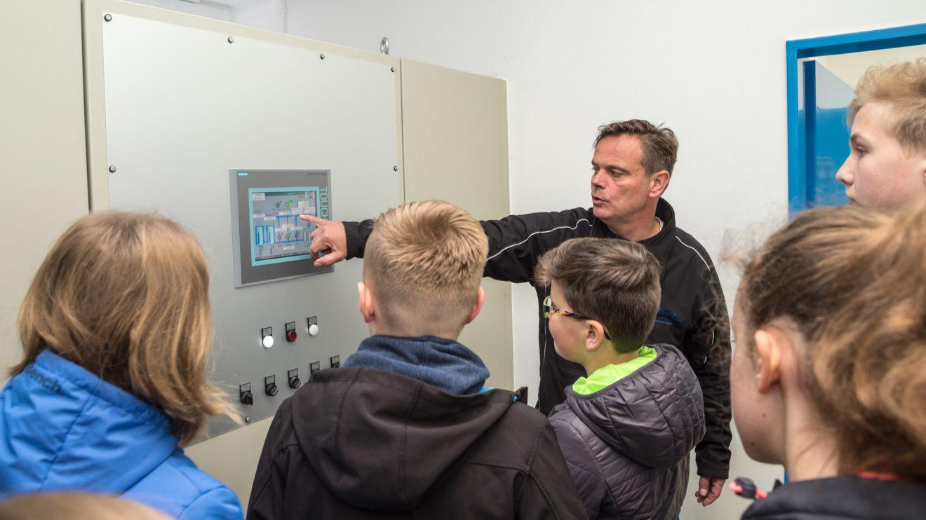 Heiko Wendt von der Wasserversorgung Wallenhorst GmbH führt die Schülerinnen und Schüler durch das Wasserwerk. Foto: Thomas Remme