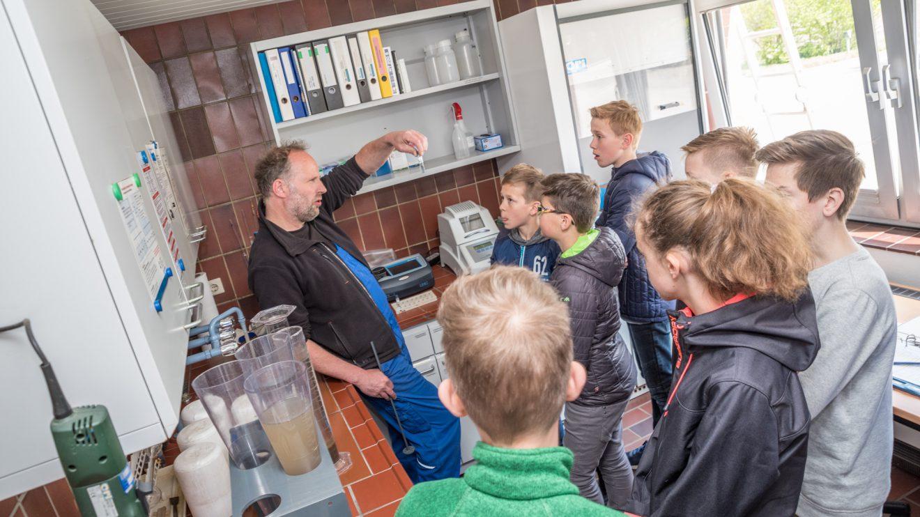 Thorsten Kohkempers Erklärungen zu den Abläufen im Klärwerk könnten im Biounterricht vielleicht noch mal ganz nützlich werden. Foto: Thomas Remme